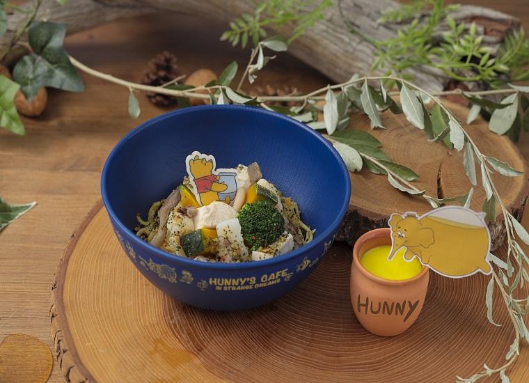 「ズオウ」と「ヒイタチ」 はちみつ風(?)クリームパスタ はちみつに見立てたクリームパスタは 野菜とチキンがたっぷり入った、まろやかなクリーム味! 「プーさん」の見る不思議な夢を表現しました! 単品: ¥ 1,590 (税抜) ボウル付き: ¥ 2,990 (税抜)