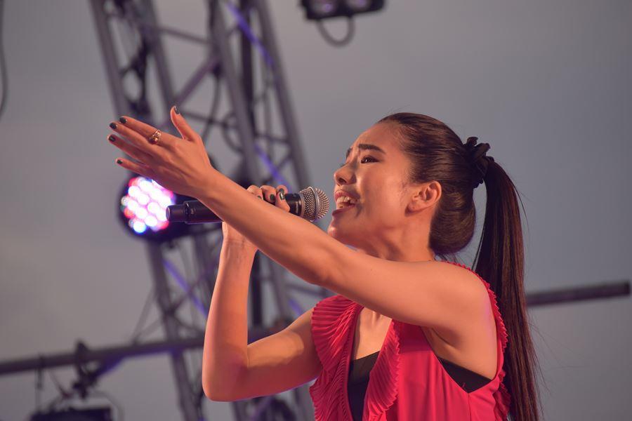 横浜にゆかりのあるアイドルグループやアーティスト達によるライブ。様々な出演アーティスト達のライブを通じて40回の開港祭を来場者と共に祝い横浜開港祭を盛り上げます。第38回、37回歌うま選手権2連覇の加藤礼愛ちゃんと第38回ダンスSTARS優勝者の045LADIES、市ヶ尾高校ダンス部のスペシャルコラボステージ、横浜が誇るYOUNG STARのスペシャルライブ